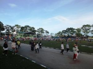 Beberapa orang sedang berjalan dan berlari-lari kecil mengelilingi lapangan.Foto: Koleksi Pribadi