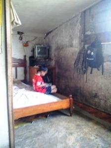 Si anak dan ruang tamu merangkap sebagai tempat tidur.Gambar: Milik Sendiri
