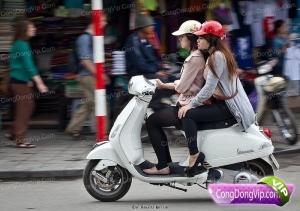 Duduk mengangkang serupa ini dapat dibenarkan. karena tidak saling mengapit, penumpang dan pengemudi sejenis kelamin.