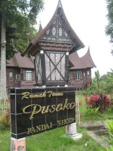 """Salah satu """"Rumah Tenun"""" dimana di sini dijual songket dengan berbagai kualitas.Gambar: Milik Sendiri"""