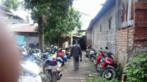 Keadaan salah satu gang yang digunakan sebagai tempat parkir oleh pemilik sepeda motor. Terletak di samping Home Stay Rizneta di Pasa Bawah