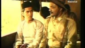 Midun yang diperankan oleh Sandy Nayoan. Di atas kereta menuju Padang ini, kalau kami tak salah baju yang dipakainya ialah baju ganiah.