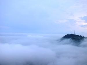 Lautan awan, tampak PUncak Pari dimana terdapat menara telokomunikasi di atasnya. Mirip sebuah pulau bukankah begitu engku?