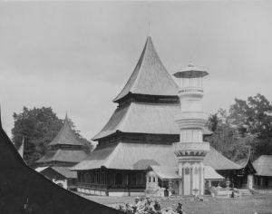 Salah Satu Masjid di Koto Baru (kira-kira th.1892-1922) Gambar: http://commons.wikimedia.org/wiki/File:COLLECTIE_TROPENMUSEUM_Kinderen_voor_een_moskee_en_minaret_in_Kotabaroe_bij_Fort_de_Kock_TMnr_60043185.jpg