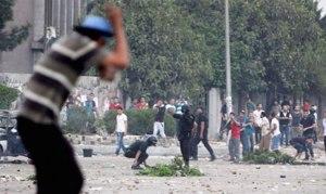 Aparat yang jelas-jelas mengarahkan bedil ke arah demonstran pro Presiden Mursi
