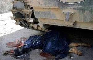 Mayat seorang perempuan yang digiling oleh Tank Tentara.
