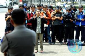 Aktifis Indonesia sedang melaksanakan Shalat Ghaib untuk Mesir