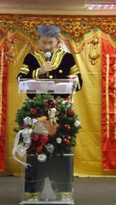 Yanwardi sedang memberi Khotbah dengan Pakaian Penghulu.