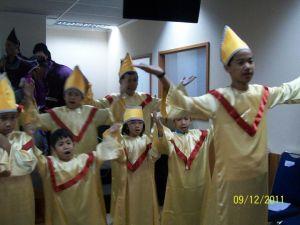 Paduan Suara kanak-kanak yang mengiri ritual agama nasrani di Gereja mereka.