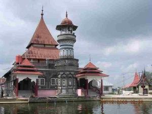 Masjid dengan Arsitektur Minangkabau Sumber: http://manggopohalamsaiyo.blogspot.com/2011/01/adat-basandi-syara-syara-basandi.html