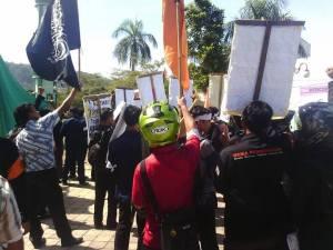 Aksi Para Mahasiswa 1 Sumber Gambar: Grup Umat Islam Sumatera Barat Bersatu Tolak Investasi Bermuatan Misi Pemurtadan