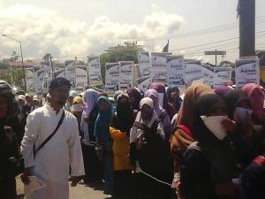 Aksi Para Mahasiswa3 Sumber Gambar: Grup Umat Islam Sumatera Barat Bersatu Tolak Investasi Bermuatan Misi Pemurtadan