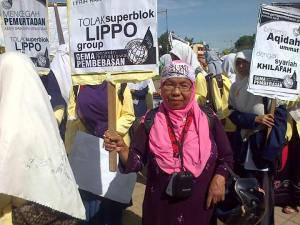 Seorang nenek yang ikut berdemo. Sumber Ganmar: Grup Umat Islam Sumatera Barat Bersatu Tolak Investasi Bermuatan Misi Pemurtadan
