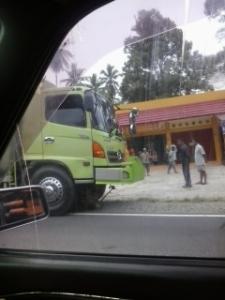 Onda yang tersangkut di bawah oto truk