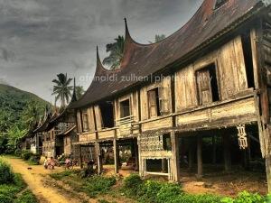 Rumah Gadang nan telah hampir rubuh karena ditinggalkan. Serupa dengan Agama & Adat di negeri ini. Gambar: Internet*